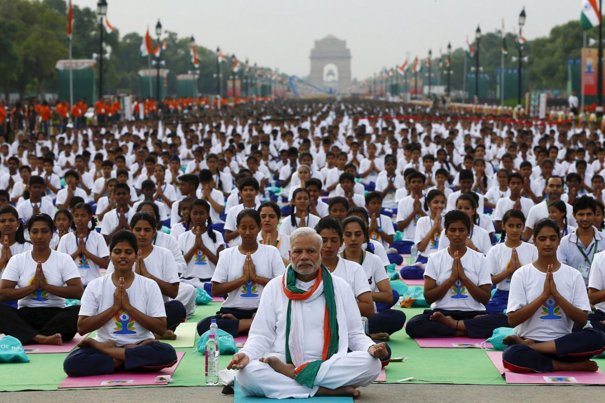 Indický premiér Naréndra Módí a tisíce účastníků oslav dne jógy