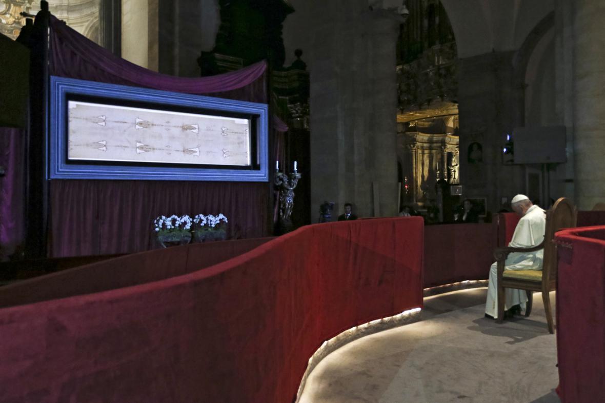 Papež František se pomodlil před turínským plátnem