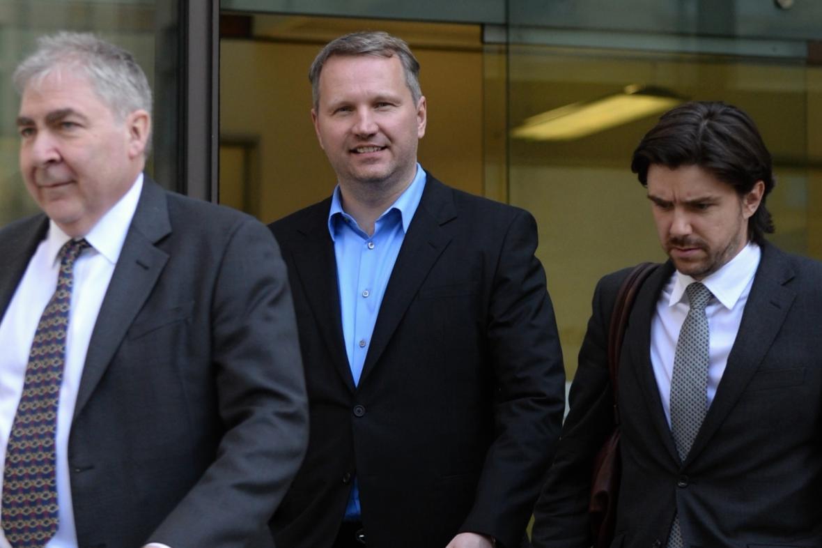 František Savov (uprostřed)
