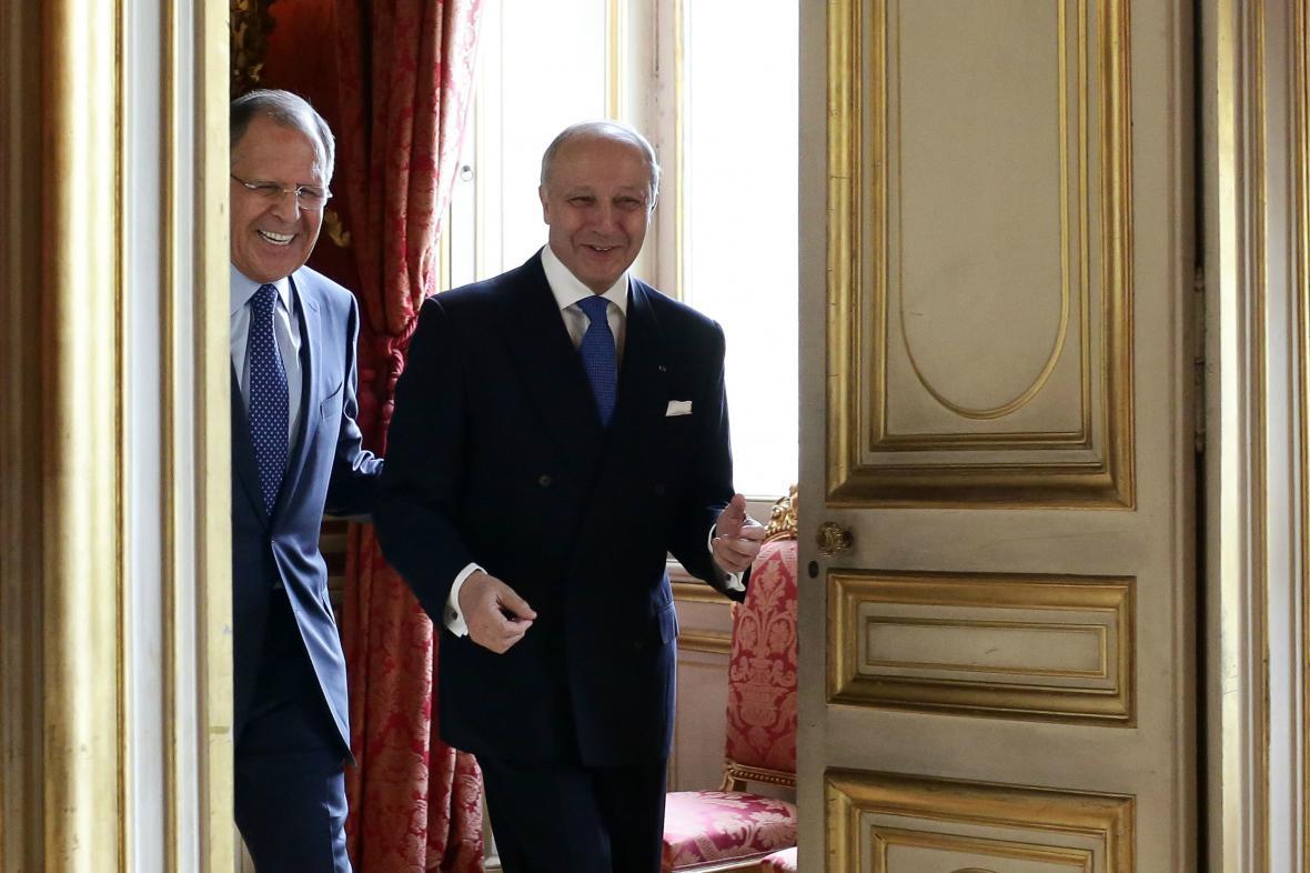 Sergej Lavrov a Laurent Fabius během schůzky v Paříži