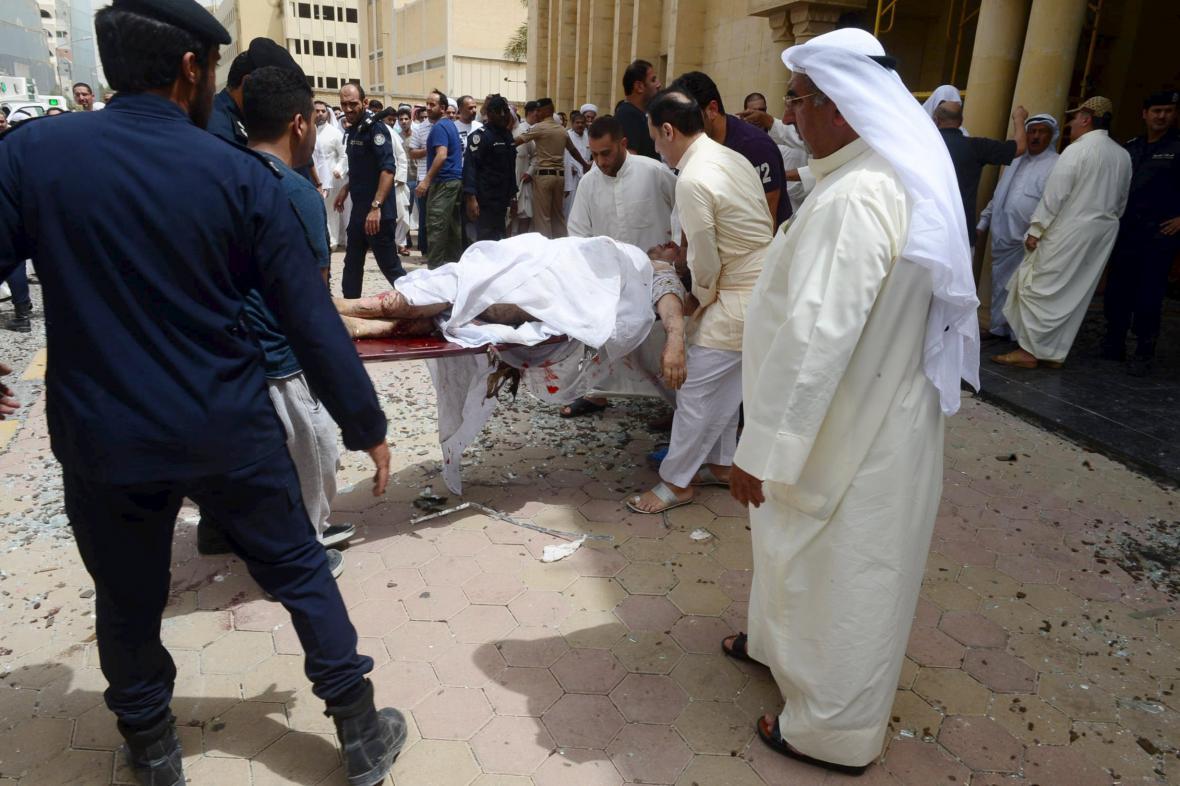 Z kuvajtské mešity je vynášeno tělo jedné z obětí exploze