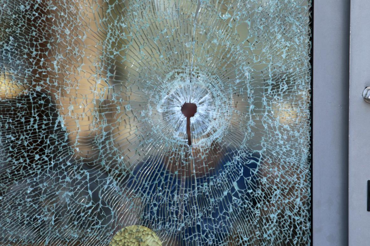 Prostřelené sklo hotelu Imperial Marhaba. Připomínka masakru v tuniském letovisku Sousse.