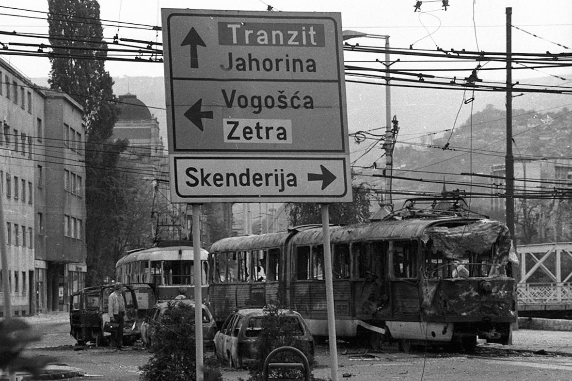 Bosenskosrbské ozbrojené síly v červenci 1995 povraždily až osm tisíc muslimských (dnes bosňáckých) chlapců a mužů.