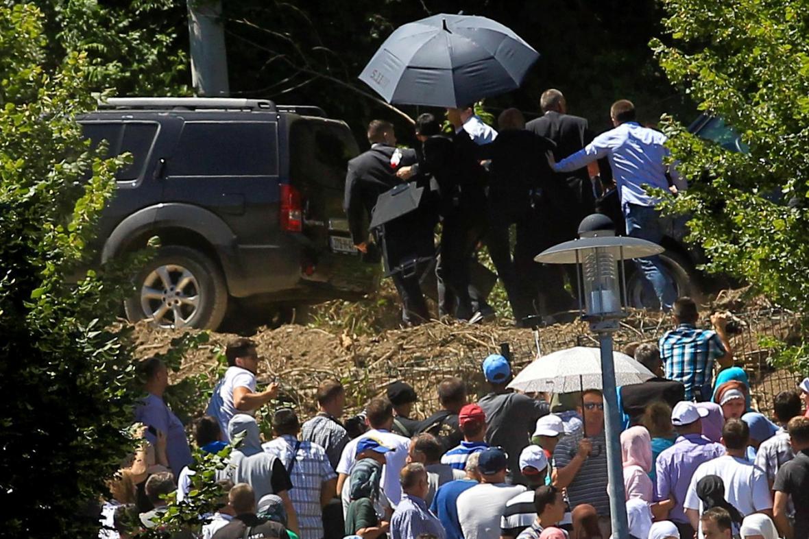 Srbský premiér uniká s pomocí ochranky před davem