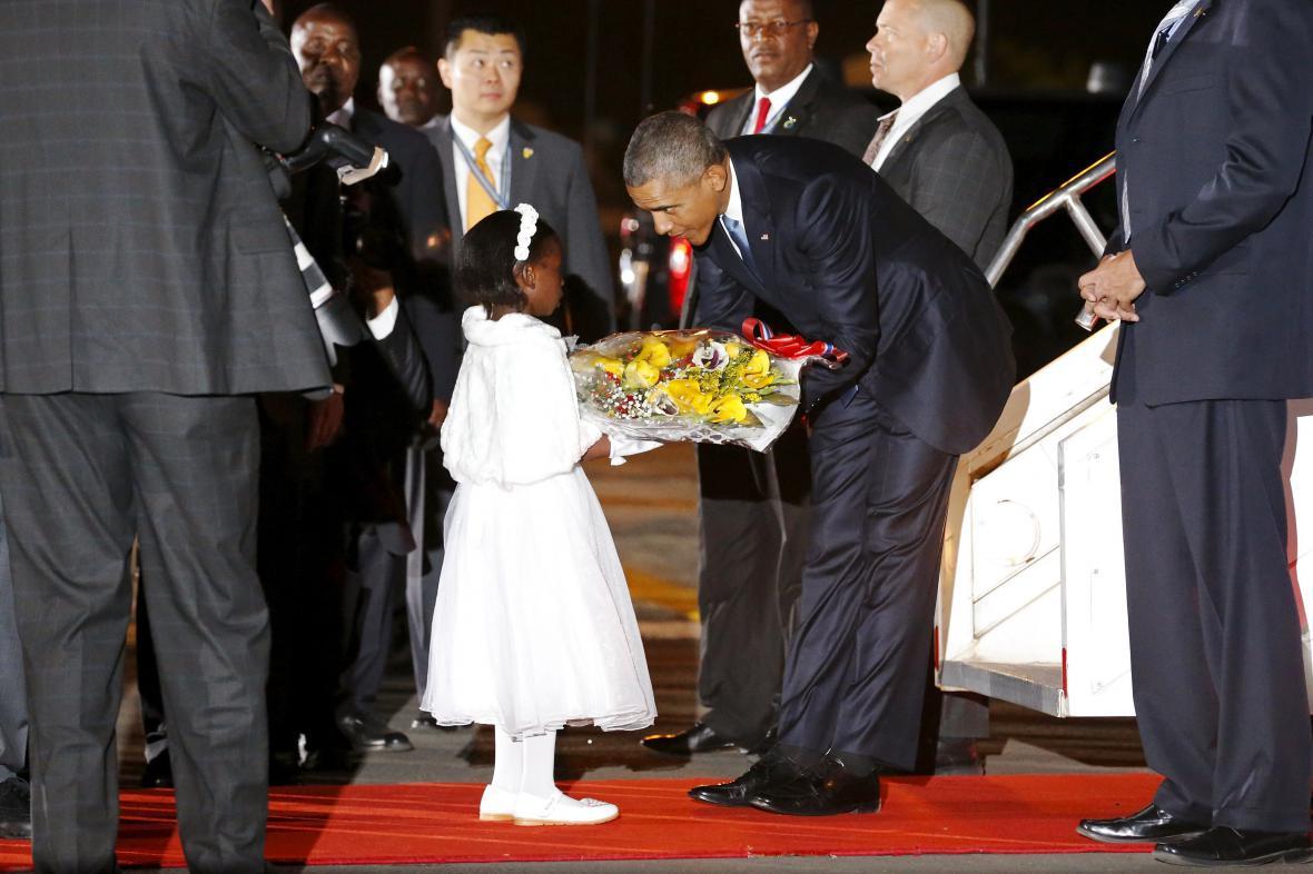 Keňské děvčátko víta na letišti v Nairobi amerického prezidenta