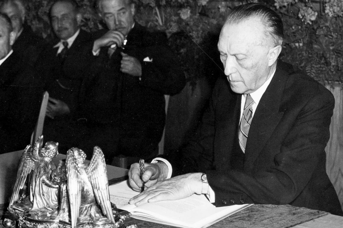 Konrad Adenauer podepisuje 23. května 1949 Základní zákon