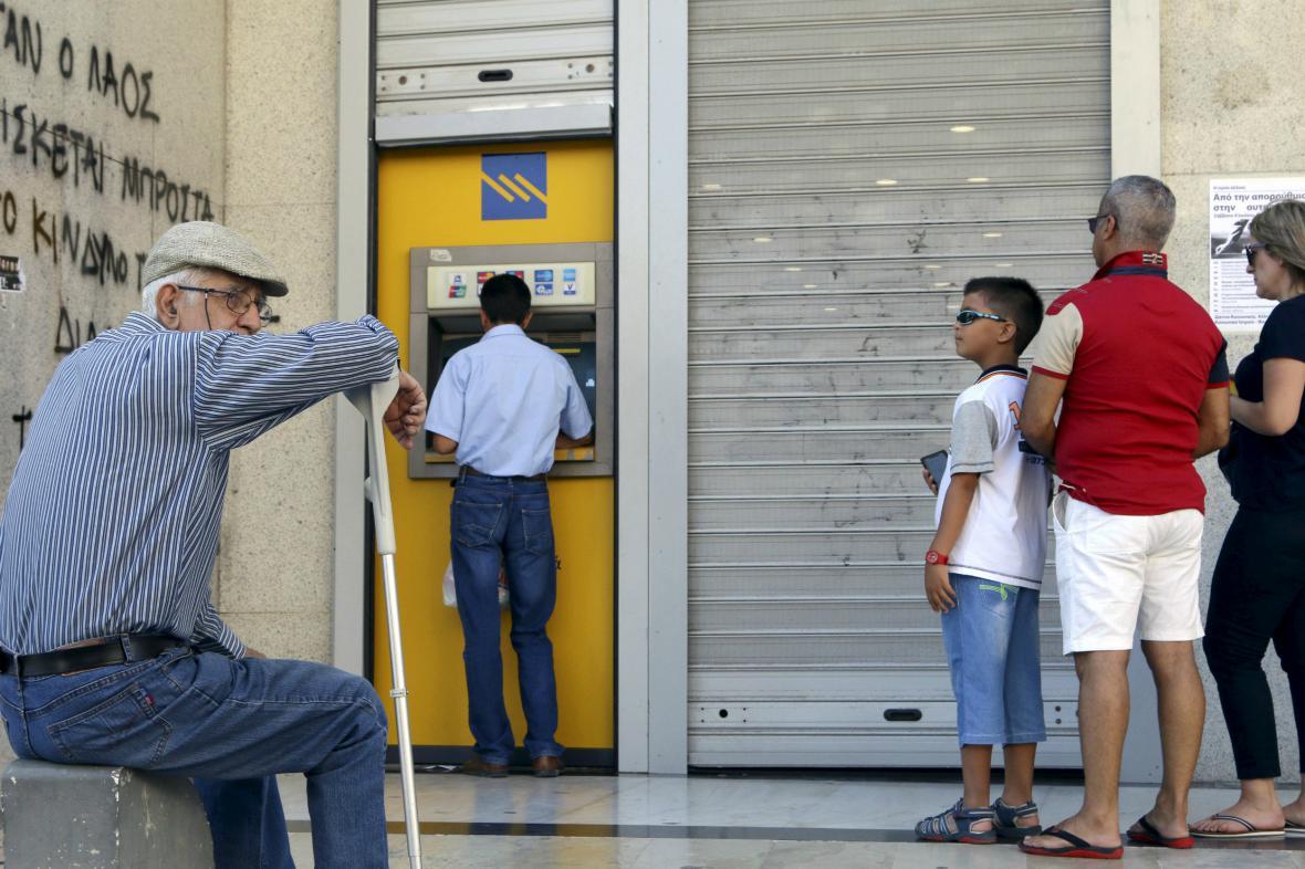 Před řeckými bankomaty se tvoří fronty