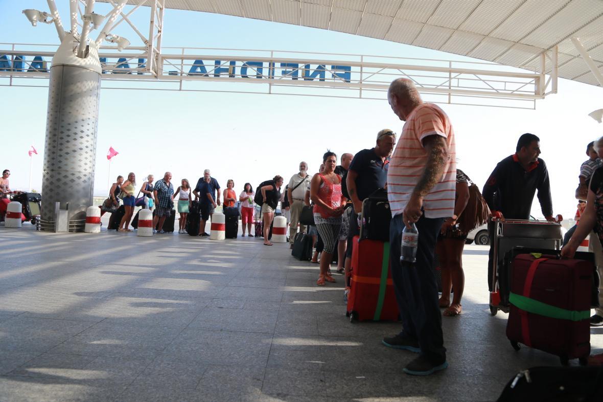 Britští turisté na letišti
