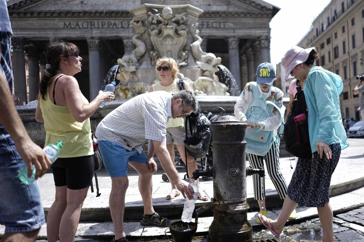 Vedra sužují i turisty v Římě