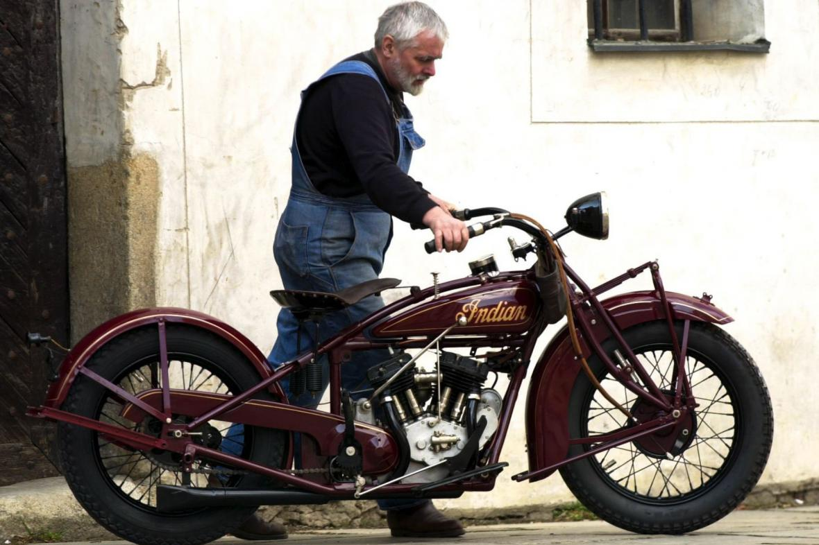 Petr Hošťálek s motocyklem Indian - snímek z roku 2001