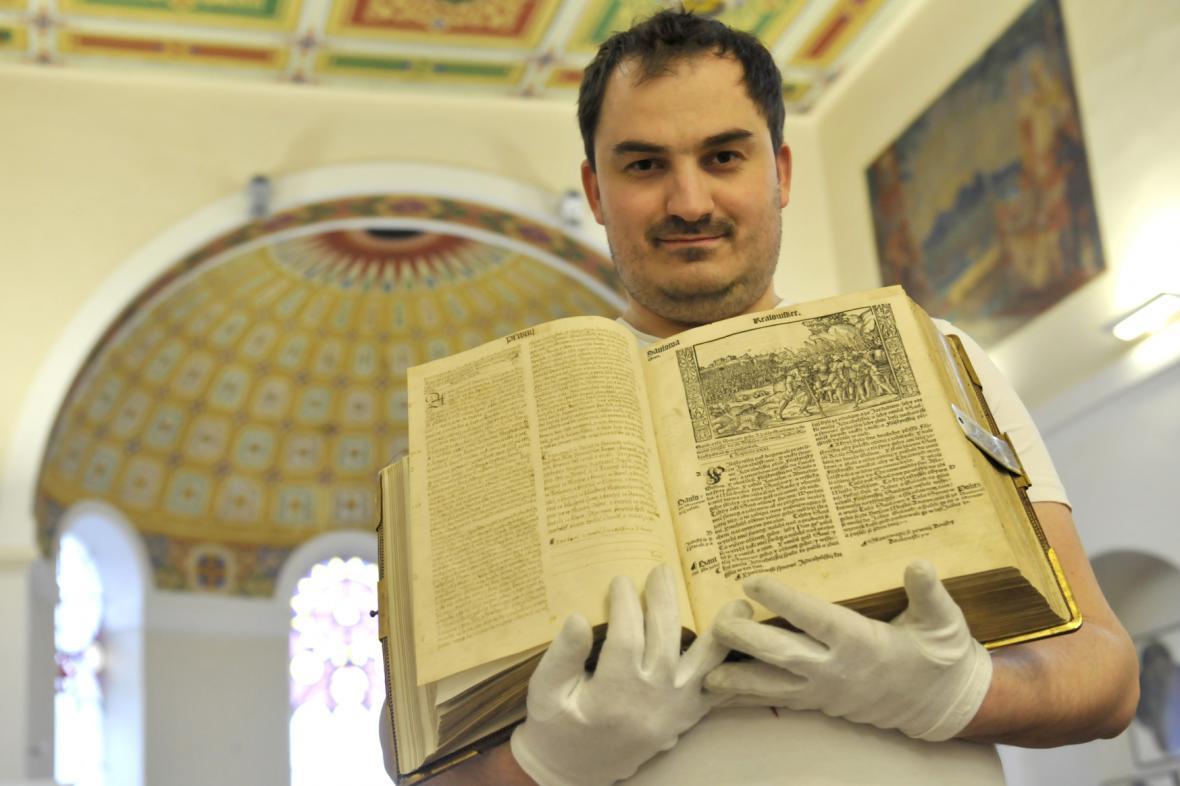 Petr Hamrozi s Melantrichovou Biblí z roku 1549