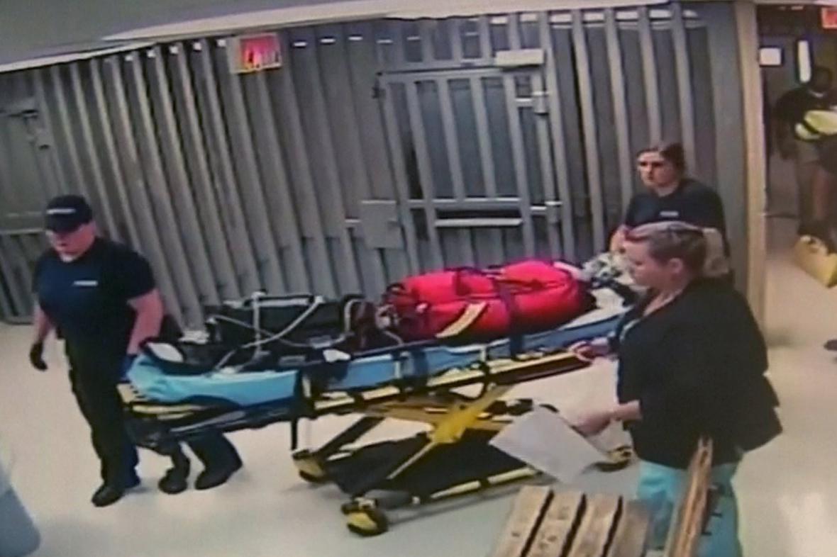 Vězeňská ostraha odváží z cely tělo Sandry Blandové