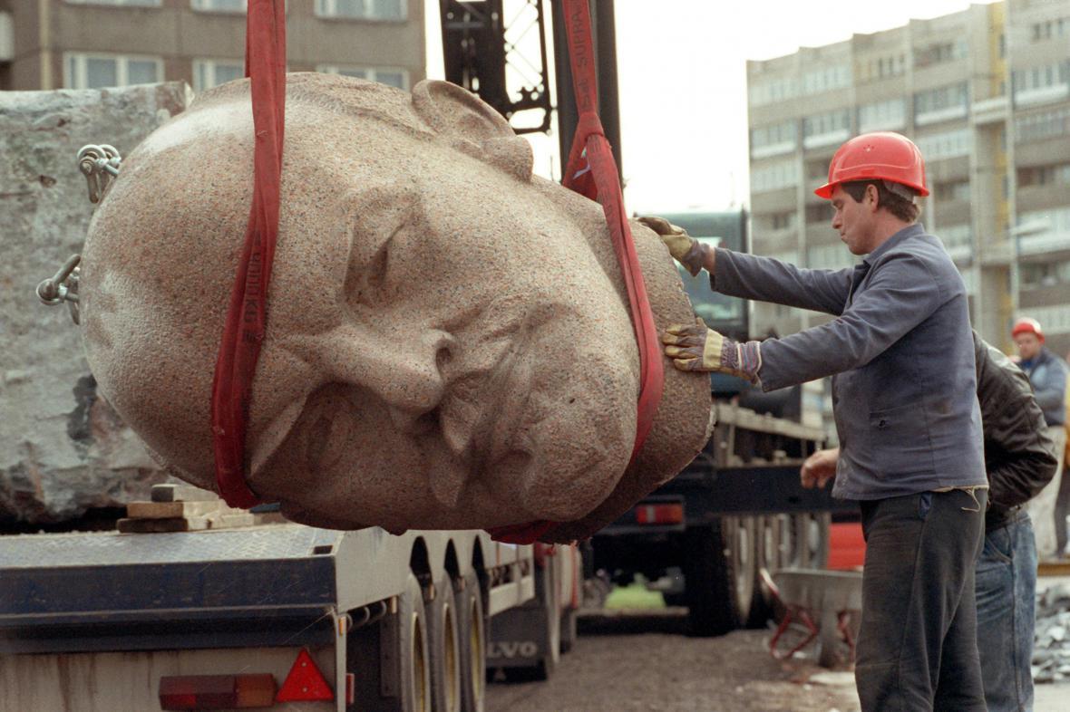 Likvidace Leninovy berlínské sochy v roce 1991