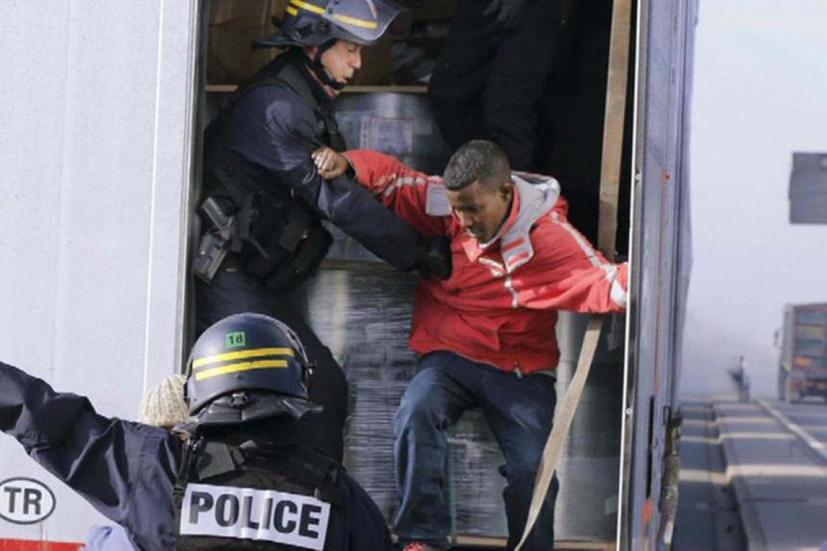 Policie zasahuje proti nelegálním uprchlíkům ve Velké Británii