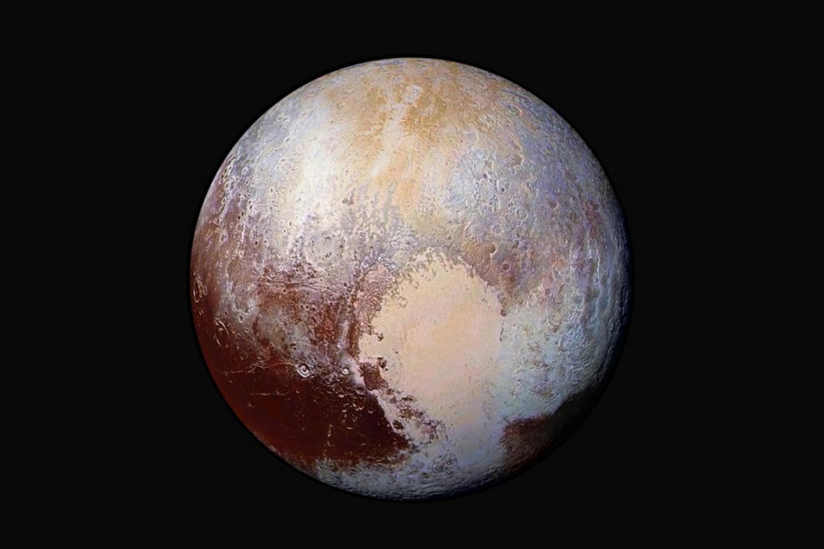 Fotografie Pluta kombinovaná ze čtyř snímků pořízených sondou New Horizons