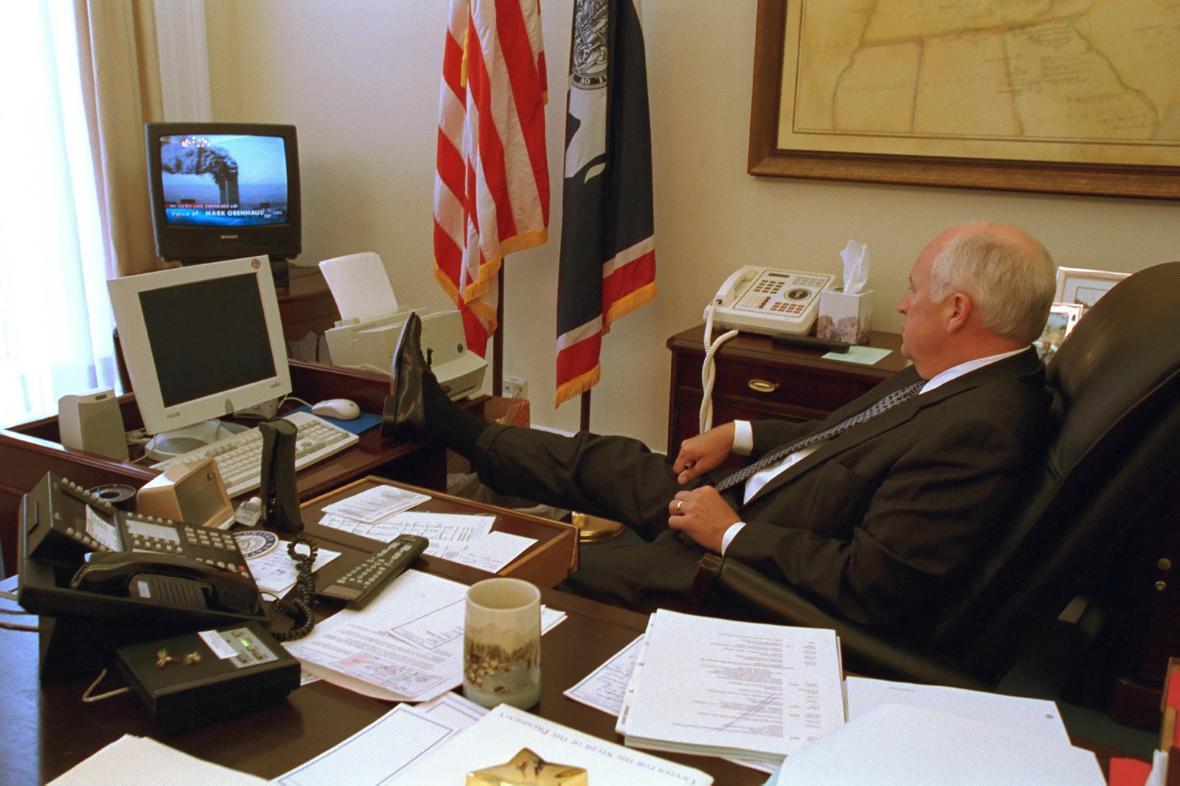 Viceprezident Dick Cheney sleduje vysílání o teroristických útocích z 11. září
