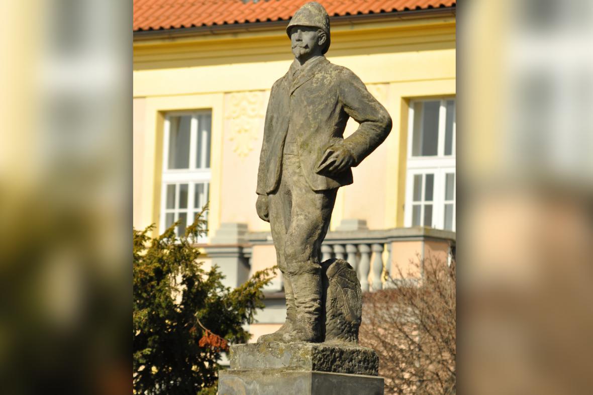 Socha Dr. Emila Holuba v Holicích