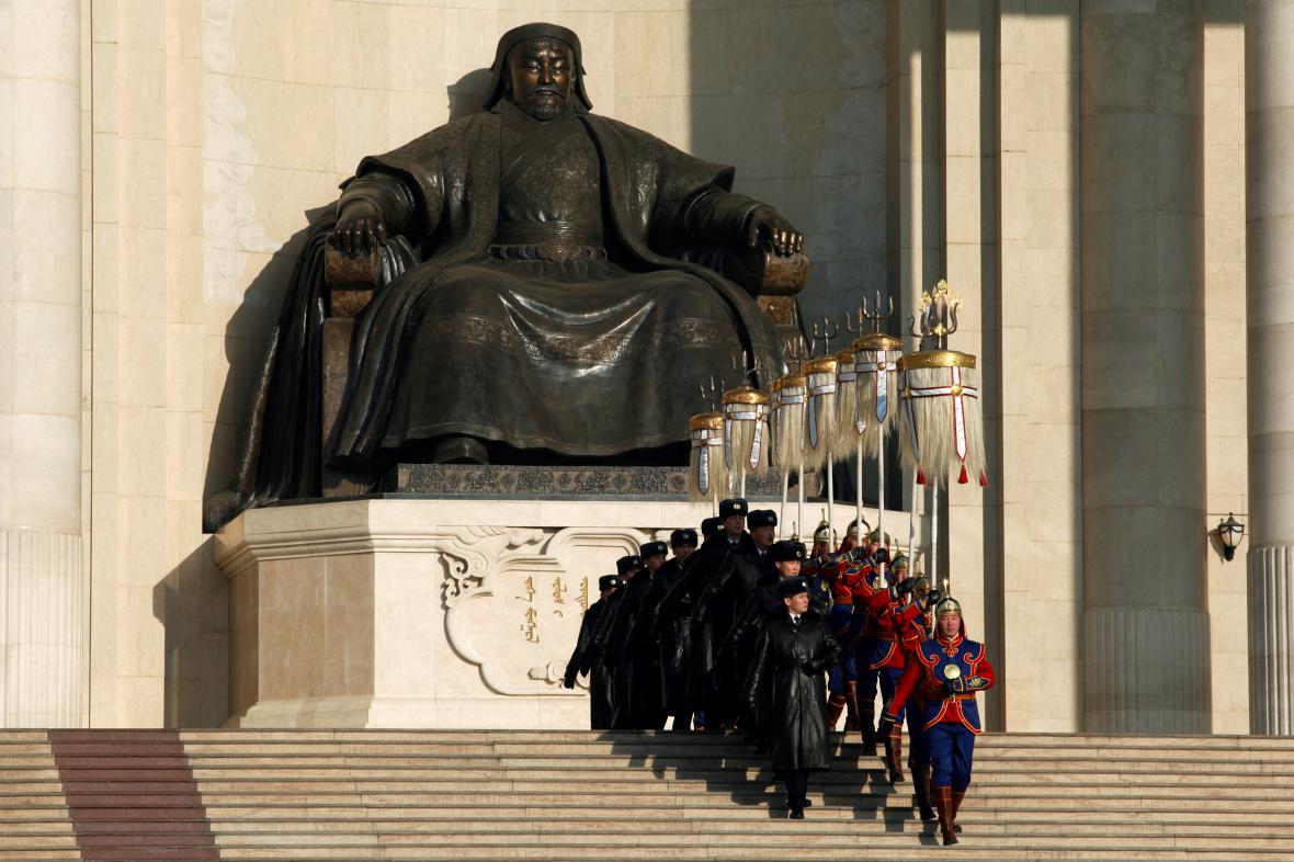 Obří socha Čingischána v mongolské metropoli Ulanbátaru