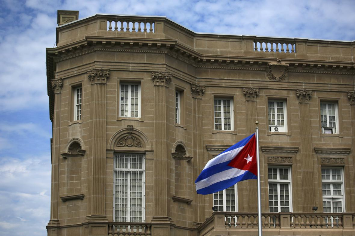 Kubánská vlajka před velvyslanectvím ve Washingtonu