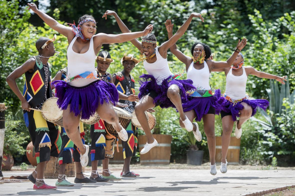 Vystoupení africké taneční a hudební skupiny ve Dvoře Králové