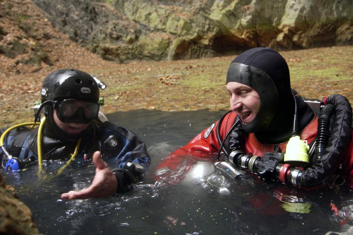 Potápěči v Hranické propasti