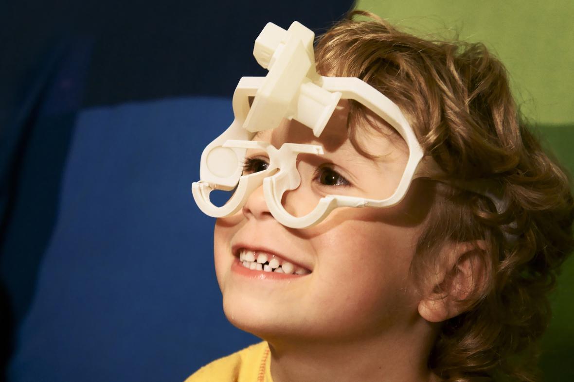 Chlapec s brýlemi zhotovenými metodou 3D tisku