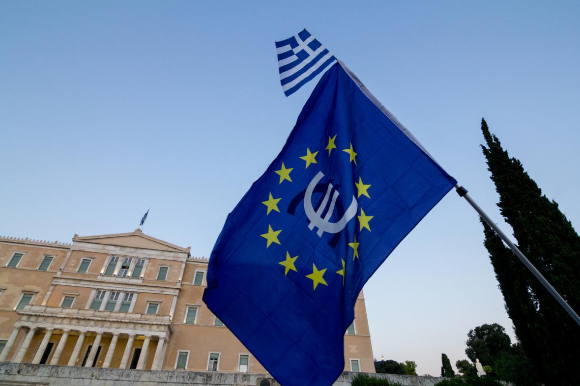 Demonstrace proevropsky orientovaných Řeků před parlamentem v Aténách (10. 7. 2015)