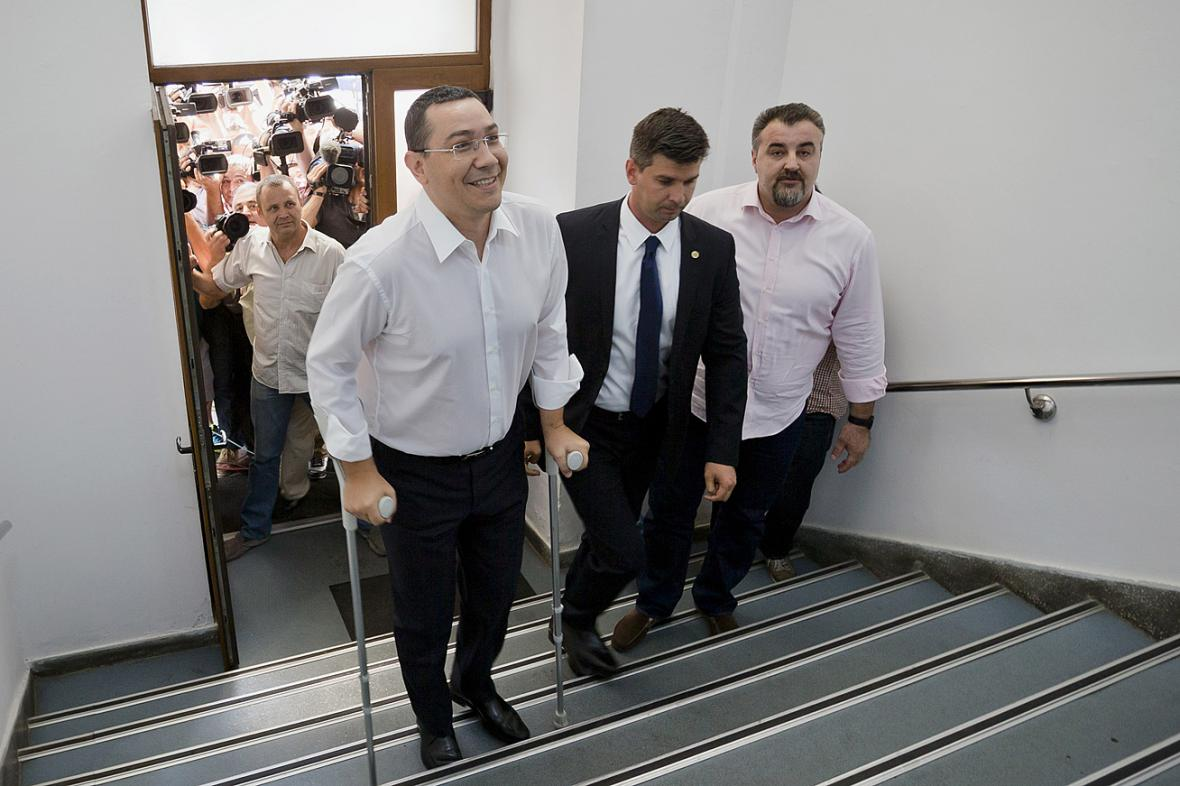Victor Ponta přichází k výslechu na prokuratuře