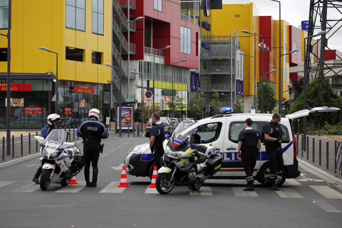 Policie uzavřela okolí nákupního centra Qwartz