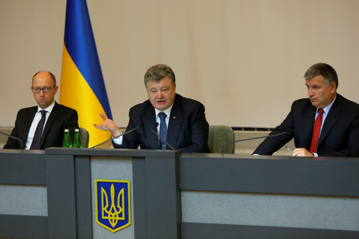 Porošenko při schůzce s premiérem Jaceňukem a ministrem vnitra Avakovem