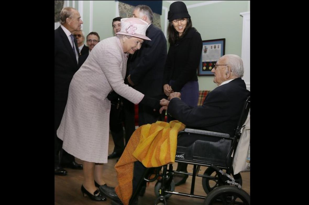 Královna Alžběta II. a Nicholas Winton