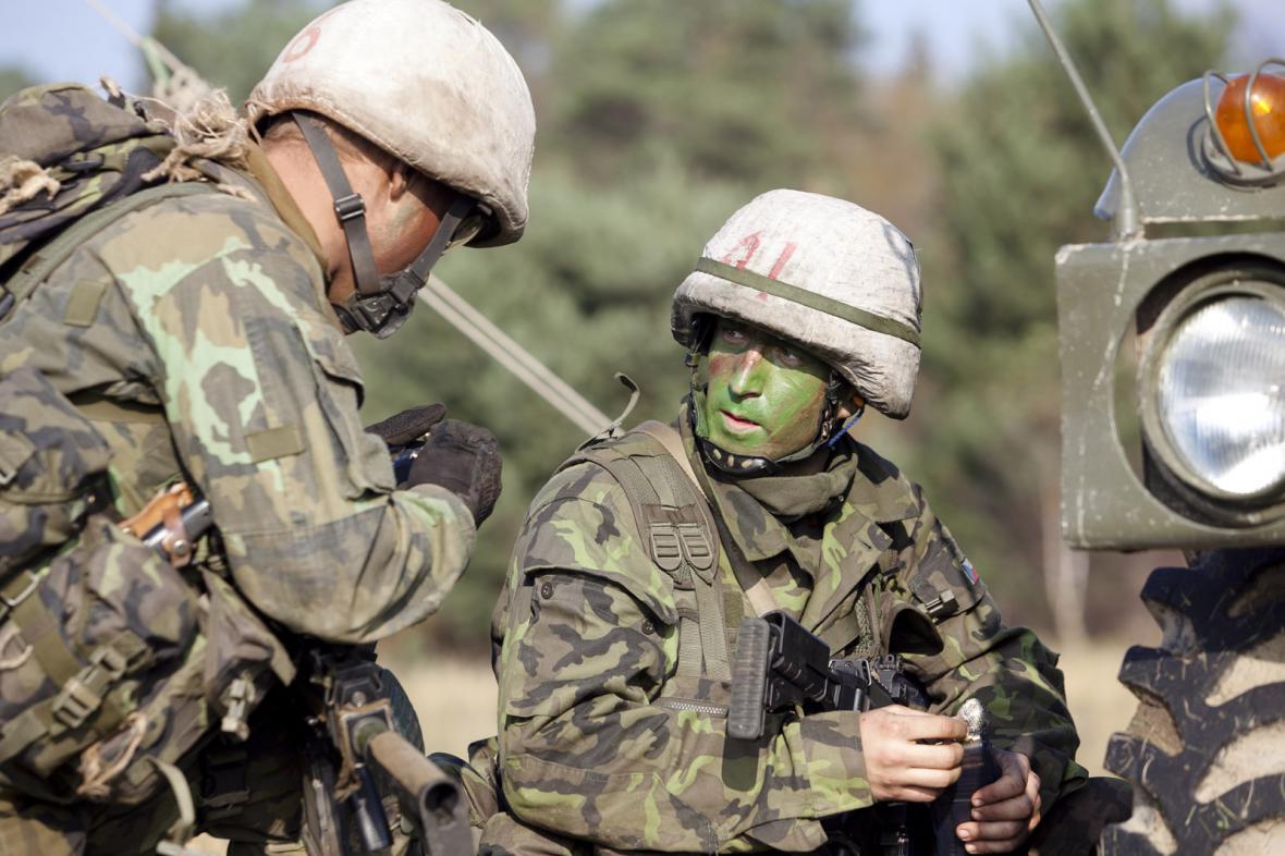 Čeští vojáci při výcviku