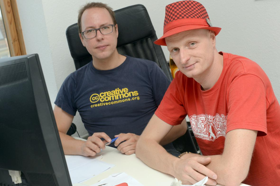 Novináři Markus Beckedahl (vlevo) a Andre Meister v redakci blogu Netzpolitik.org v Berlíně