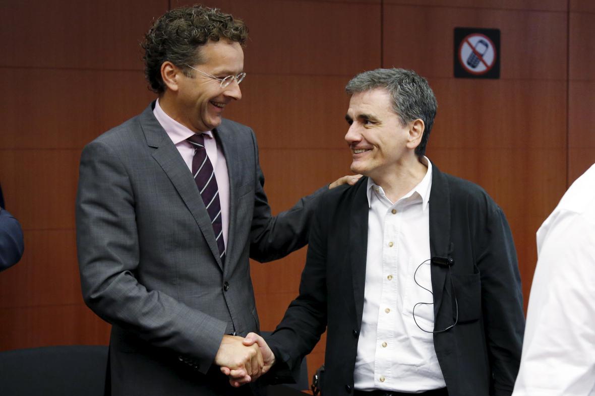 Šéf Euroskupiny Dijsselbloem se zdraví s řeckým ministrem financí Tsakalotosem