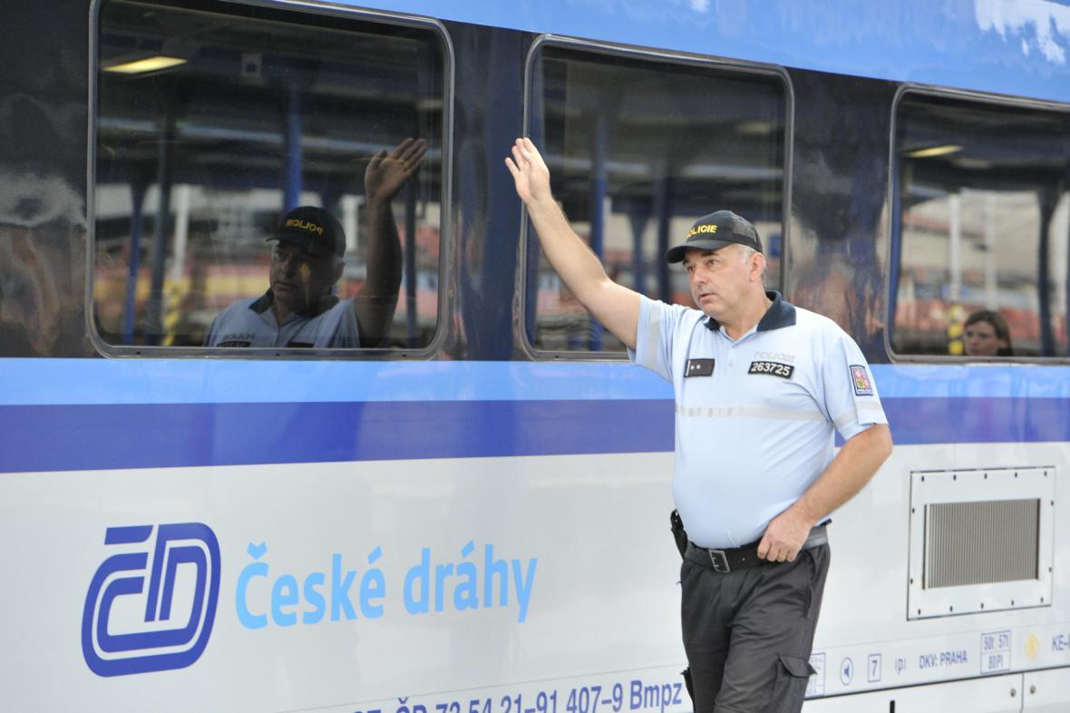 Policisté hlídkují na vlakovém nádraží hraničního přechodu Břeclav, kam přijíždí vlaky ze Slovenska a Rakouska