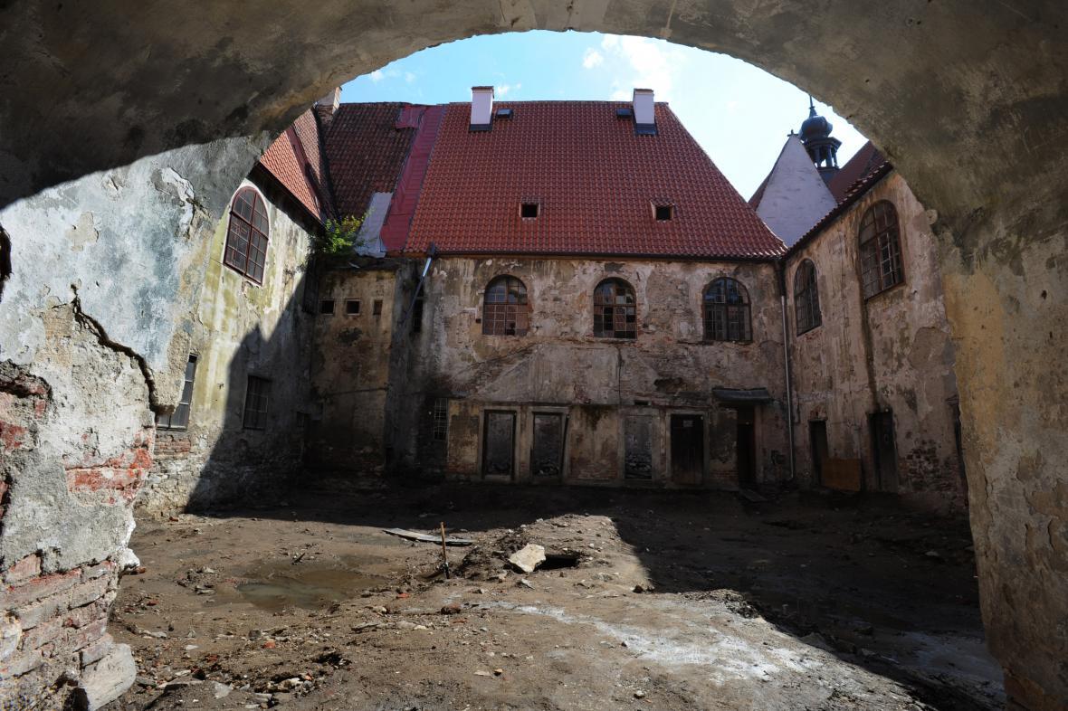 Nádvoří kláštera klarisek před rekonstrukcí