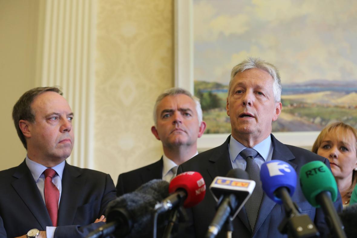 Premiér Peter Robinson oznamuje demisi