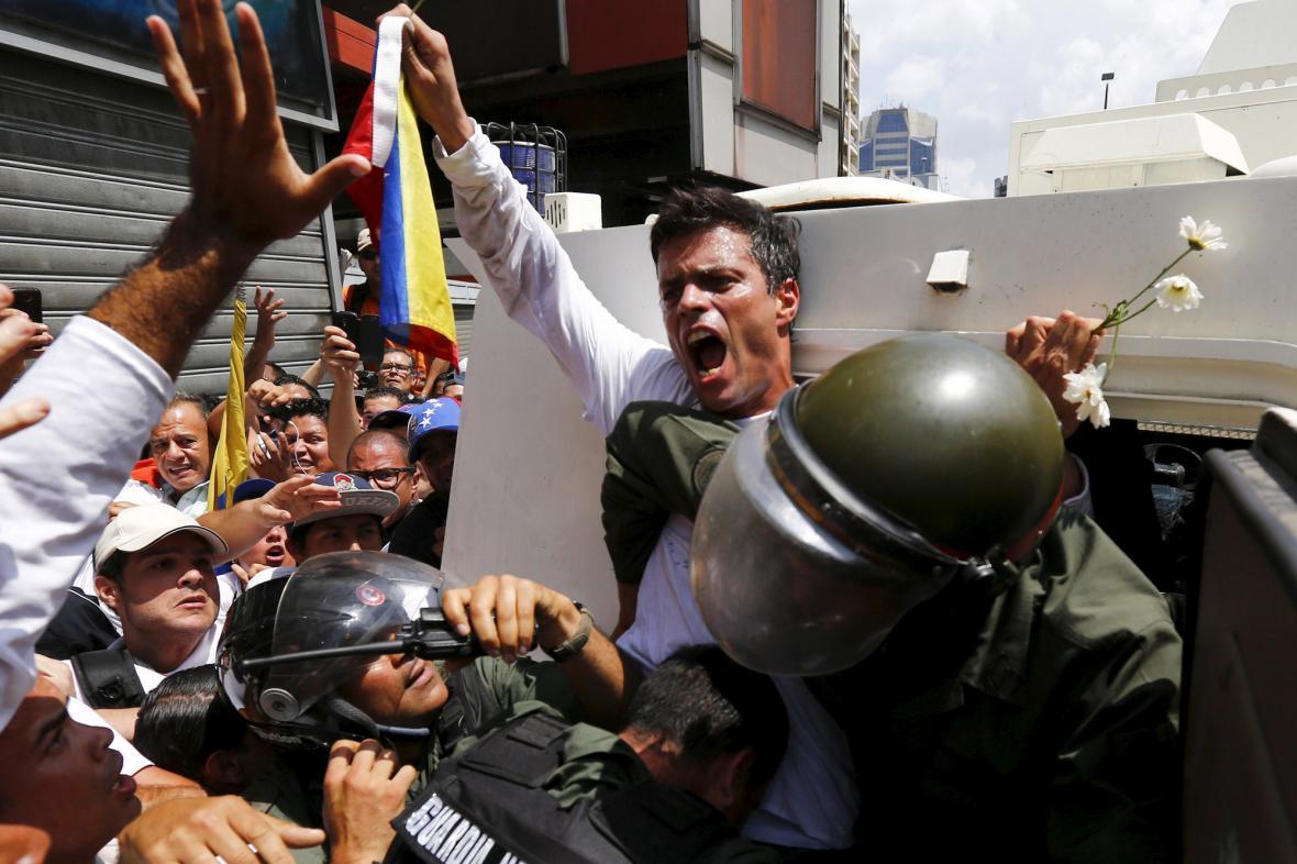 Leopold López během protivládních protestů v únoru 2014