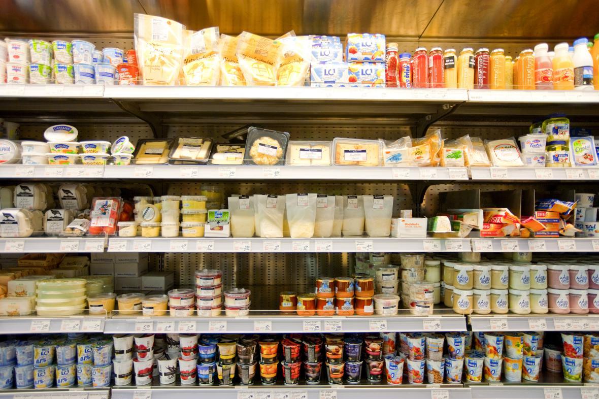 Mléčné výrobky v regálech
