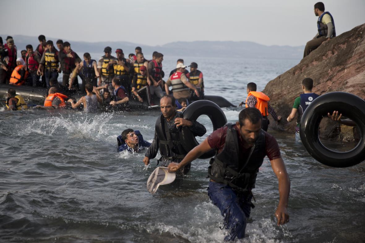 Uprchlíci přistávají u pobřeží ostrova Lesbos