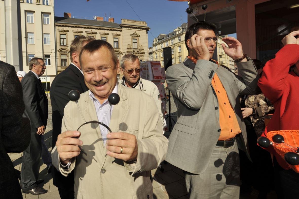 Alois Mačák (vpravo) během předvolební kampaně