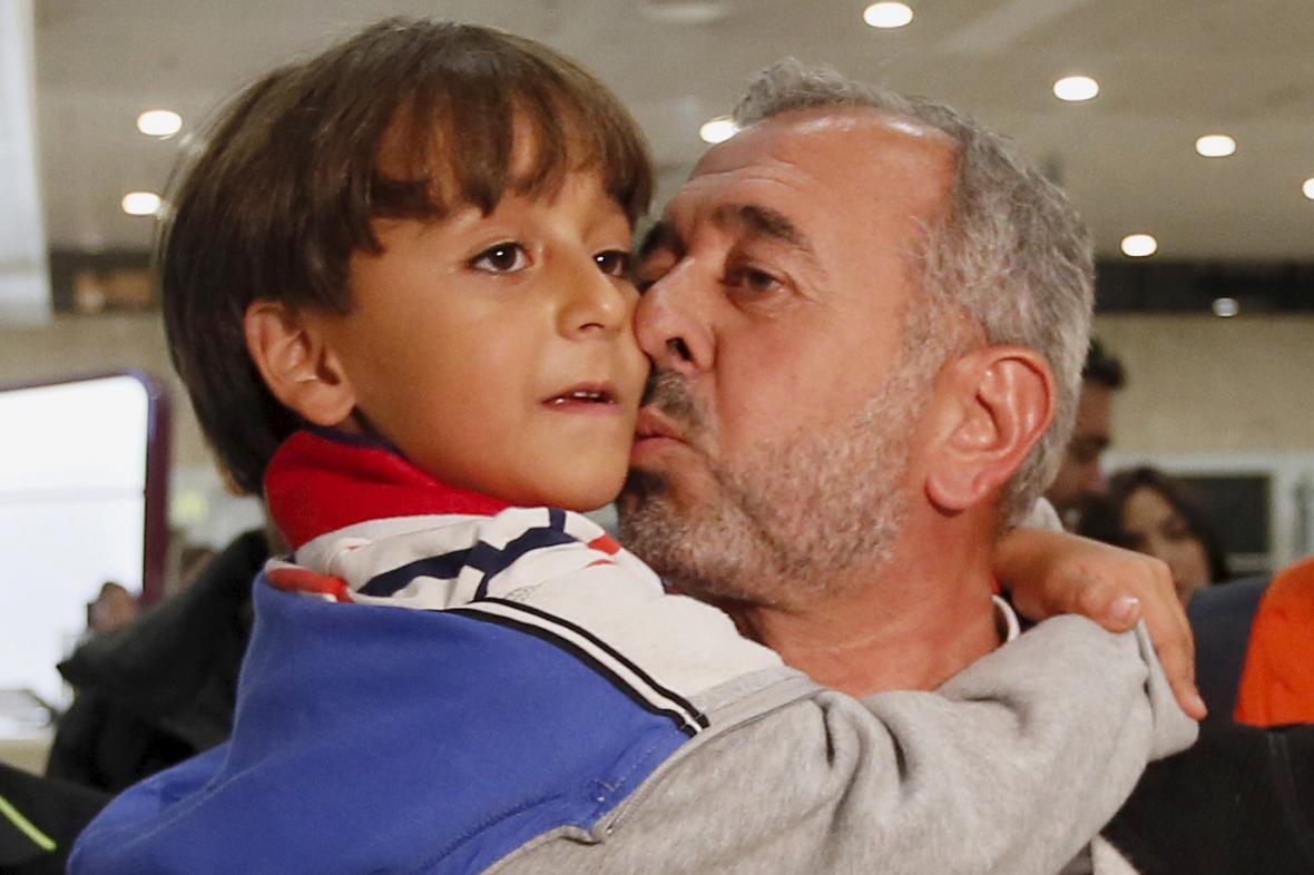 Usáma Mohsín se svým synem po příjezdu do Španělska