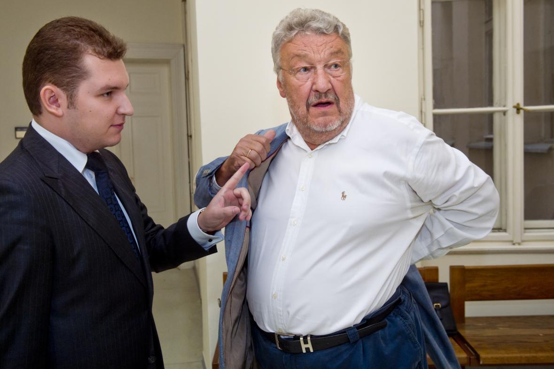 Textař Ladislav Vostárek (vpravo) u soudu