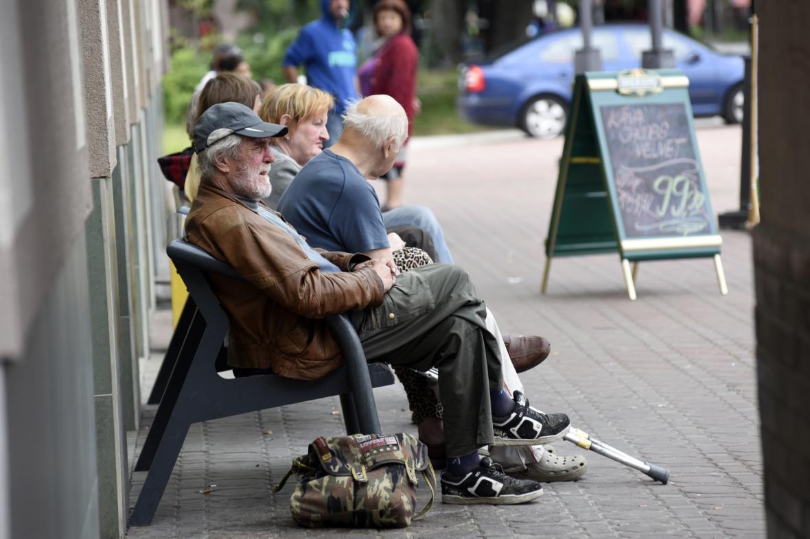 Bezdomovci v parku na lavičce v Ostravě-Zábřehu
