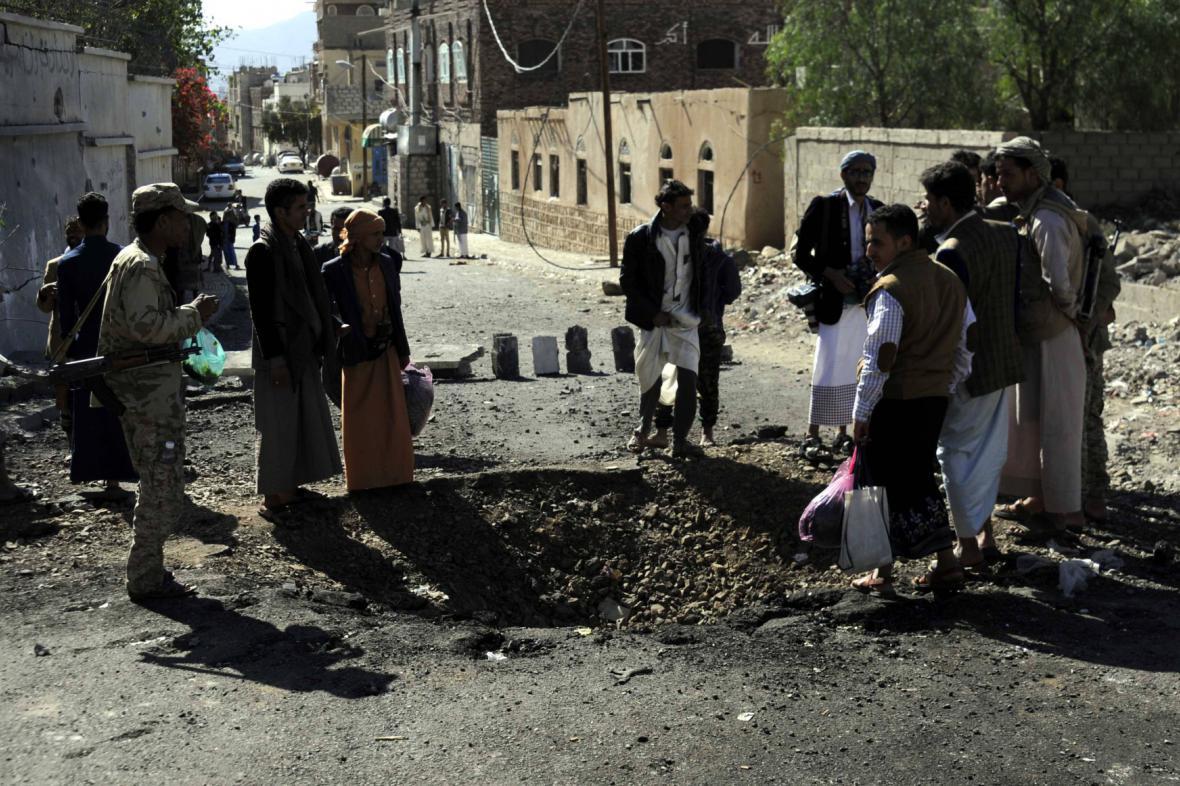 Ulice v Saná po jednom z koaličních náletů