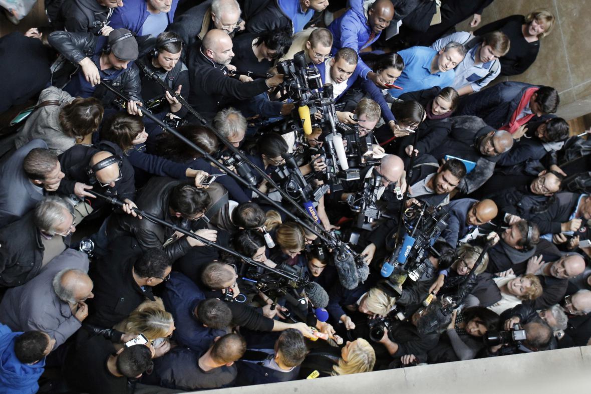 Marine Le Penová v obležení novinářů