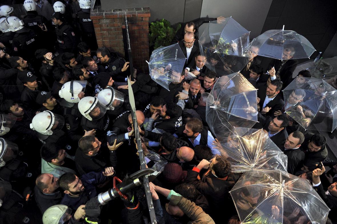 Zaměstnanci mediální společnosti Koza-Ipek Holding se v jejím sídle pokusili zabarikádovat