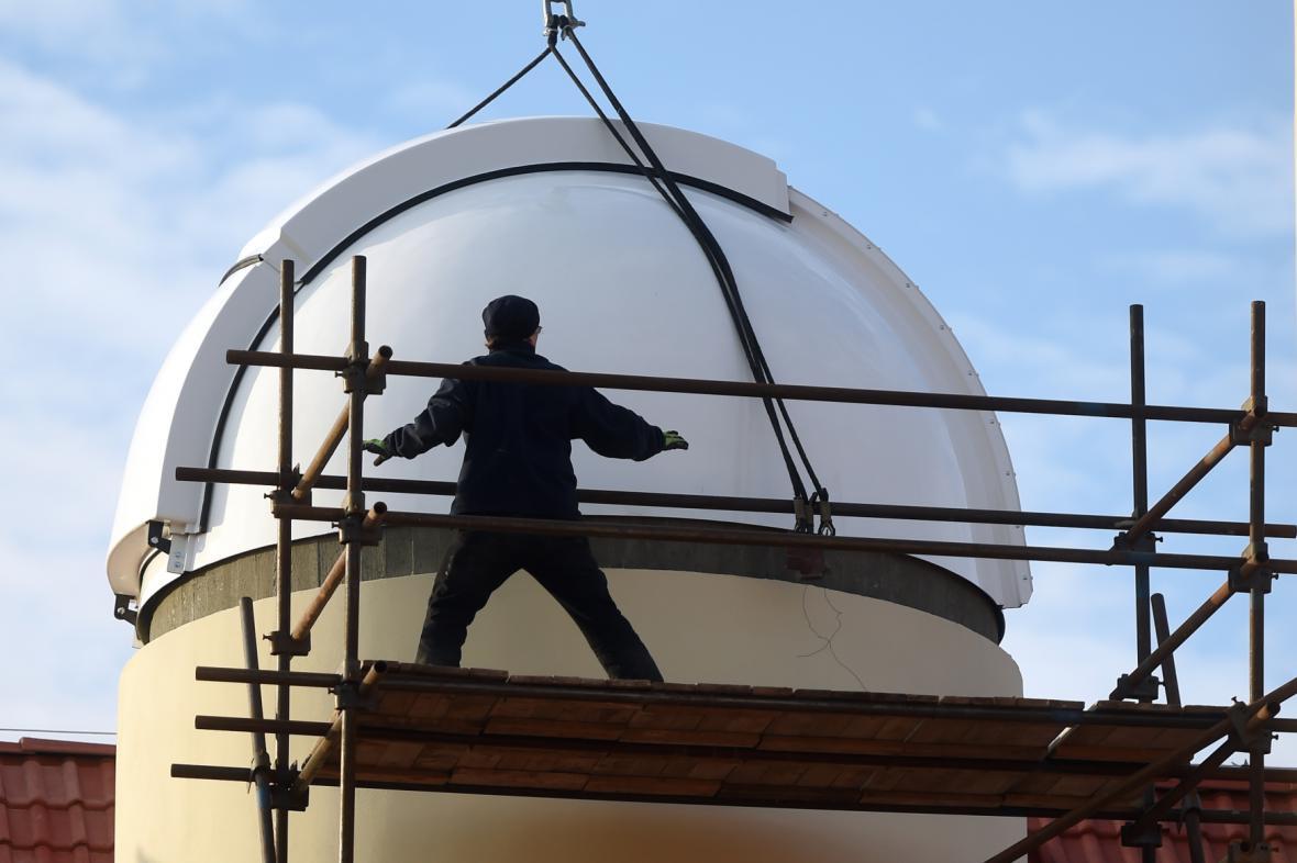 Usazování kopule observatoře v Opavě