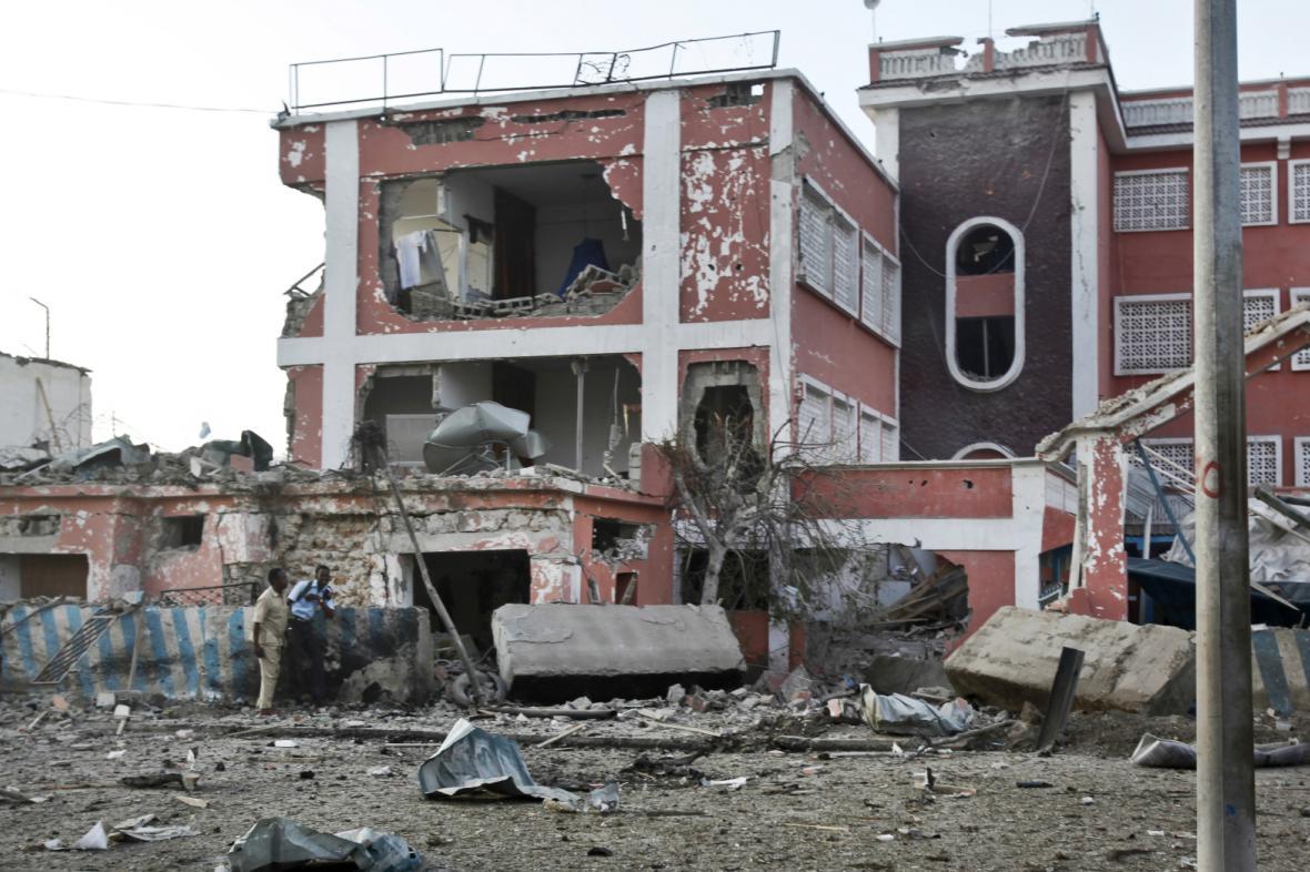 Pohled na zničený hotel Sahafi v centru Mogadiša