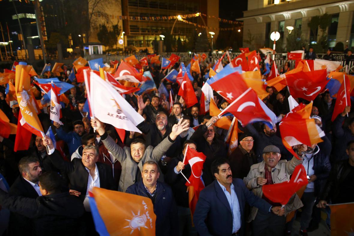 Příznivci vládní AKP slaví volební vítězství v ulicích Istanbulu